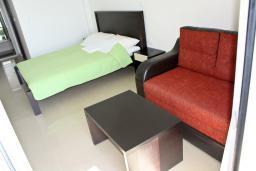 Будванская ривьера, Черногория, Рафаиловичи : Комната на 4 персоны с видом на море, с кондиционером, 5 метров от пляжа