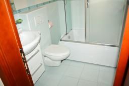 Ванная комната. Рафаиловичи, Черногория, Рафаиловичи : Студия с видом на море, 5 метров от пляжа