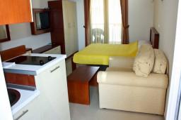 Студия (гостиная+кухня). Будванская ривьера, Черногория, Рафаиловичи : Студия с видом на море, 5 метров от пляжа