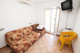 Гостиная. Рафаиловичи, Черногория, Рафаиловичи : Апартамент с частичным видом на море, 50 метров от пляжа