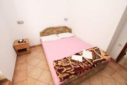 Спальня. Рафаиловичи, Черногория, Рафаиловичи : Апартамент с частичным видом на море, 50 метров от пляжа