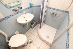 Ванная комната. Рафаиловичи, Черногория, Рафаиловичи : Апартамент с частичным видом на море, 50 метров от пляжа