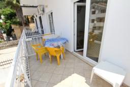 Балкон. Рафаиловичи, Черногория, Рафаиловичи : Апартамент с частичным видом на море, 50 метров от пляжа