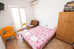 Спальня. Рафаиловичи, Черногория, Рафаиловичи : Апартаменты на 4-5 персон с видом на море, 2 спальни, 50 метров от пляжа