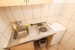Кухня. Рафаиловичи, Черногория, Рафаиловичи : Апартаменты на 4-5 персон с видом на море, 2 спальни, 50 метров от пляжа
