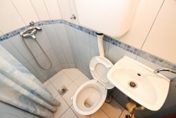 Ванная комната. Рафаиловичи, Черногория, Рафаиловичи : Апартаменты на 4-5 персон с видом на море, 2 спальни, 50 метров от пляжа