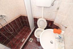 Ванная комната 2. Рафаиловичи, Черногория, Рафаиловичи : Апартаменты на 4-5 персон с видом на море, 2 спальни, 50 метров от пляжа