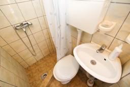Ванная комната. Будванская ривьера, Черногория, Рафаиловичи : Студия с видом на море, 50 метров от пляжа