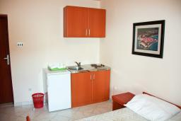 Кухня. Будванская ривьера, Черногория, Бечичи : Студия в Бечичи с балконом