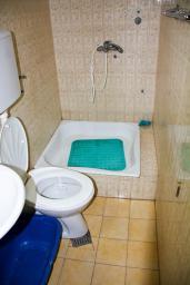 Ванная комната. Будванская ривьера, Черногория, Бечичи : Студия в Бечичи с балконом