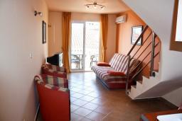 Гостиная. Будванская ривьера, Черногория, Бечичи : Двухэтажный апартамент с уютным балкончиком и живописным видом на море