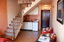 Лестница наверх. Будванская ривьера, Черногория, Бечичи : Двухэтажный апартамент с уютным балкончиком и живописным видом на море