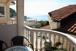 Балкон. Будванская ривьера, Черногория, Бечичи : Двухэтажный апартамент с уютным балкончиком и живописным видом на море