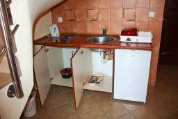 Кухня. Будванская ривьера, Черногория, Бечичи : Двухэтажный апартамент с уютным балкончиком и живописным видом на море
