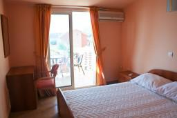 Спальня. Будванская ривьера, Черногория, Бечичи : Двухэтажный апартамент с уютным балкончиком и живописным видом на море