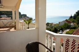 Вид на море. Будванская ривьера, Черногория, Бечичи : Двухэтажный апартамент с уютным балкончиком и живописным видом на море
