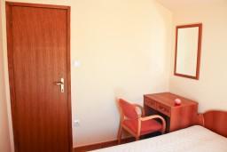 Спальня. Будванская ривьера, Черногория, Бечичи : Двухкомнатный апартамент с балконом и видом на море