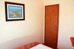 Спальня. Бечичи, Черногория, Бечичи : Двухкомнатный апартамент с балконом и видом на море