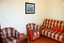 Гостиная. Будванская ривьера, Черногория, Бечичи : Двухкомнатный апартамент с балконом и видом на море