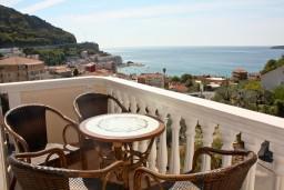 Вид на море. Будванская ривьера, Черногория, Бечичи : Двухкомнатный апартамент с балконом и видом на море