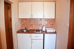 Кухня. Бечичи, Черногория, Бечичи : Двухкомнатный апартамент с балконом и видом на море