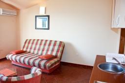 Гостиная. Бечичи, Черногория, Бечичи : Большой апартамент 45м2 с джакузи, огромным балконом-террасой с неповторимым видом на море и Рафаиловичи