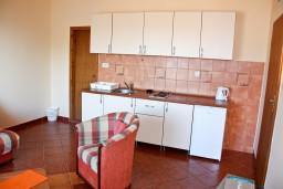 Кухня. Бечичи, Черногория, Бечичи : Большой апартамент 45м2 с джакузи, огромным балконом-террасой с неповторимым видом на море и Рафаиловичи