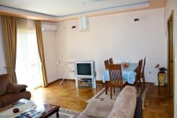 Гостиная. Будванская ривьера, Черногория, Бечичи : Люкс апартамент 2 спальни 90м2 в Бечичи, 2 ванные комнаты