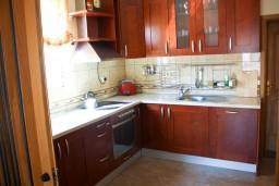 Кухня. Бечичи, Черногория, Бечичи : Люкс апартамент 2 спальни 90м2 в Бечичи, 2 ванные комнаты