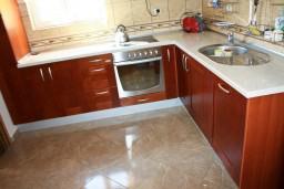 Кухня. Будванская ривьера, Черногория, Бечичи : Люкс апартамент 2 спальни 90м2 в Бечичи, 2 ванные комнаты