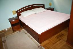 Спальня. Будванская ривьера, Черногория, Бечичи : Люкс апартамент 2 спальни 90м2 в Бечичи, 2 ванные комнаты