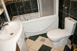 Ванная комната 2. Будванская ривьера, Черногория, Бечичи : Люкс апартамент 2 спальни 90м2 в Бечичи, 2 ванные комнаты