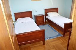 Спальня 2. Будванская ривьера, Черногория, Бечичи : Люкс апартамент 2 спальни 90м2 в Бечичи, 2 ванные комнаты