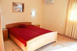 Спальня. Бечичи, Черногория, Бечичи : Апартамент в Бечичи с балконом с видом на море