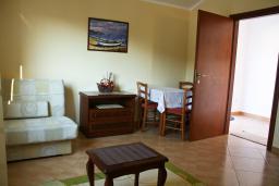 Гостиная. Бечичи, Черногория, Бечичи : Апартаменты в Бечичи с видом на море