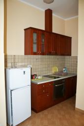 Кухня. Бечичи, Черногория, Бечичи : Апартаменты в Бечичи с видом на море