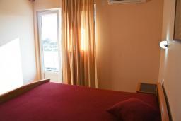 Спальня. Бечичи, Черногория, Бечичи : Апартаменты в Бечичи с видом на море