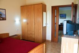 Гардеробная / шкаф. Бечичи, Черногория, Бечичи : Апартаменты в Бечичи с видом на море