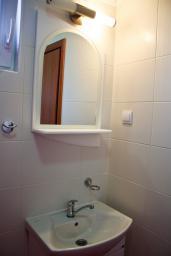Ванная комната. Бечичи, Черногория, Бечичи : Апартамент на первом этаже в Бечичи