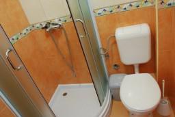 Ванная комната. Бечичи, Черногория, Бечичи : Студия с балконом с видом на море