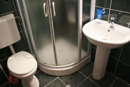 Ванная комната. Бечичи, Черногория, Бечичи : Апартамент с отдельной спальней и с видом на море