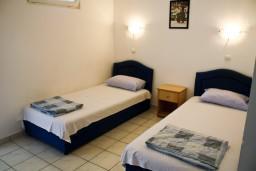 Гостиная. Бечичи, Черногория, Бечичи : Апартамент с отдельной спальней и с видом на море