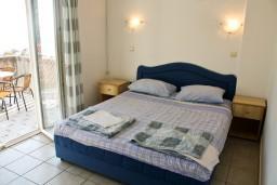 Спальня. Бечичи, Черногория, Бечичи : Апартамент с отдельной спальней и с видом на море