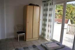 Гардеробная / шкаф. Бечичи, Черногория, Бечичи : Апартамент с отдельной спальней и с видом на море