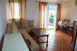 Гостиная. Будванская ривьера, Черногория, Бечичи : Апартаменты с балконом с видом на море