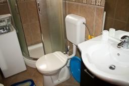 Ванная комната. Будванская ривьера, Черногория, Бечичи : Апартаменты с балконом с видом на море