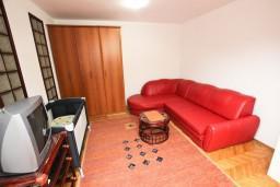 Гостиная. Бечичи, Черногория, Бечичи : Апартаменты для 4-6 человек, c 2-мя отдельными спальнями, с просторной гостиной, с большой террасой с видом на море
