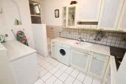 Кухня. Бечичи, Черногория, Бечичи : Апартаменты для 4-6 человек, c 2-мя отдельными спальнями, с просторной гостиной, с большой террасой с видом на море