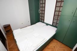 Спальня. Бечичи, Черногория, Бечичи : Апартаменты для 4-6 человек, c 2-мя отдельными спальнями, с просторной гостиной, с большой террасой с видом на море