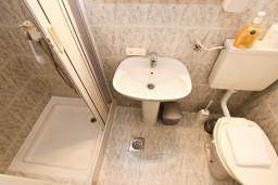 Ванная комната. Бечичи, Черногория, Бечичи : Апартаменты для 4-6 человек, c 2-мя отдельными спальнями, с просторной гостиной, с большой террасой с видом на море